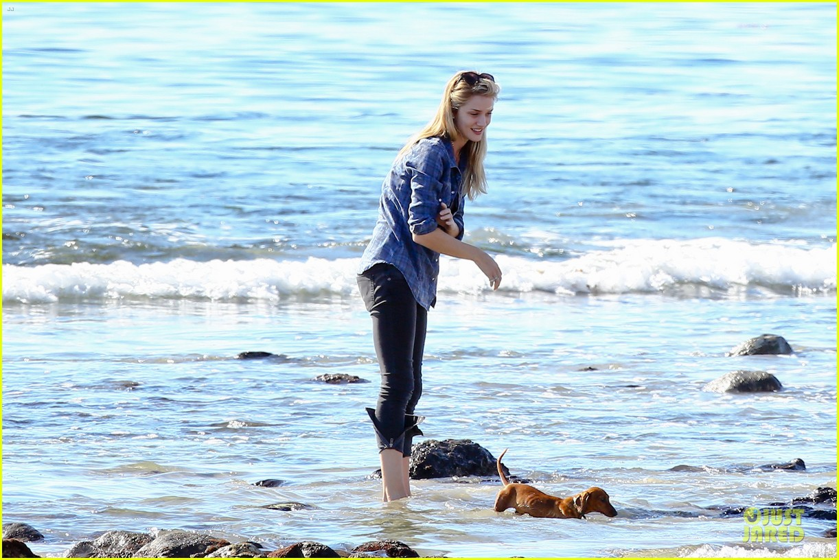 rosie huntington whiteley malibu beach with jason statham 08