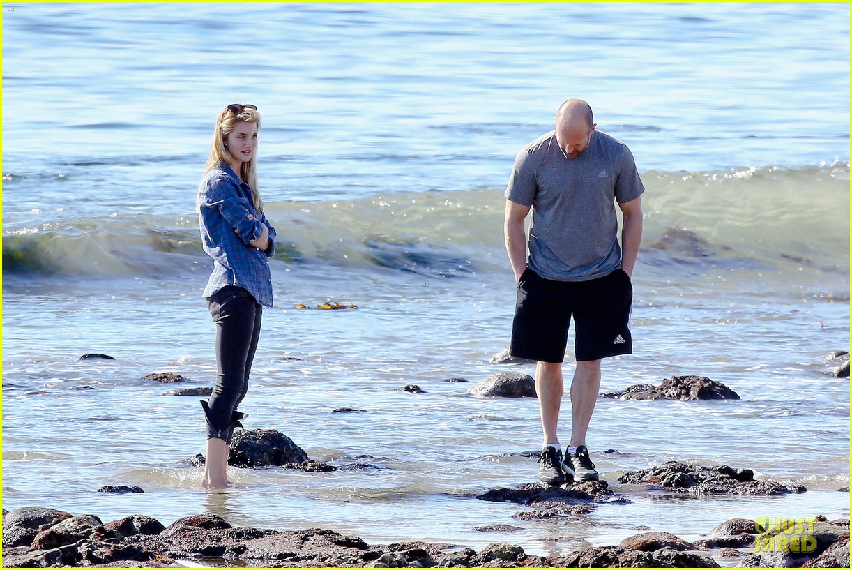 rosie huntington whiteley malibu beach with jason statham 17