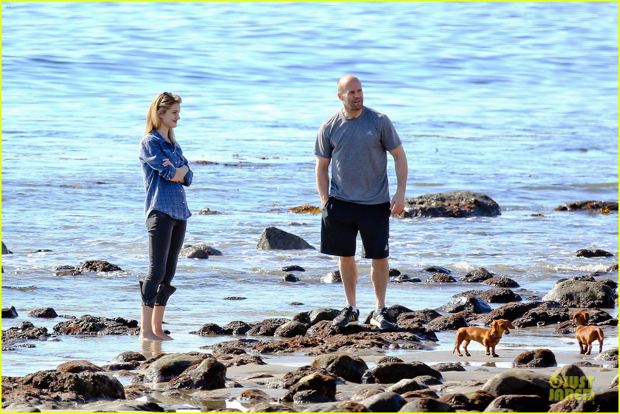 rosie huntington whiteley malibu beach with jason statham 24