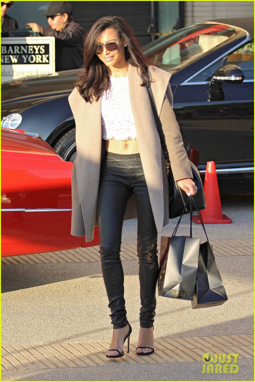 naya rivera bares amazing toned abs for holiday shopping 02