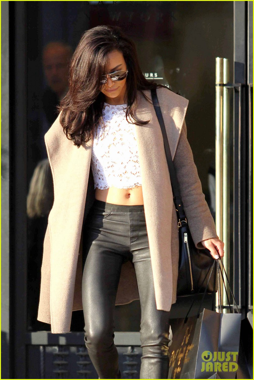 naya rivera bares amazing toned abs for holiday shopping 08
