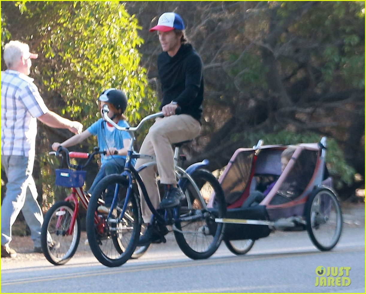 julia roberts family bike ride with the kids 103016436