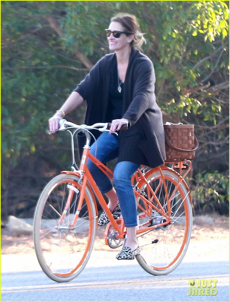 julia roberts family bike ride with the kids 15