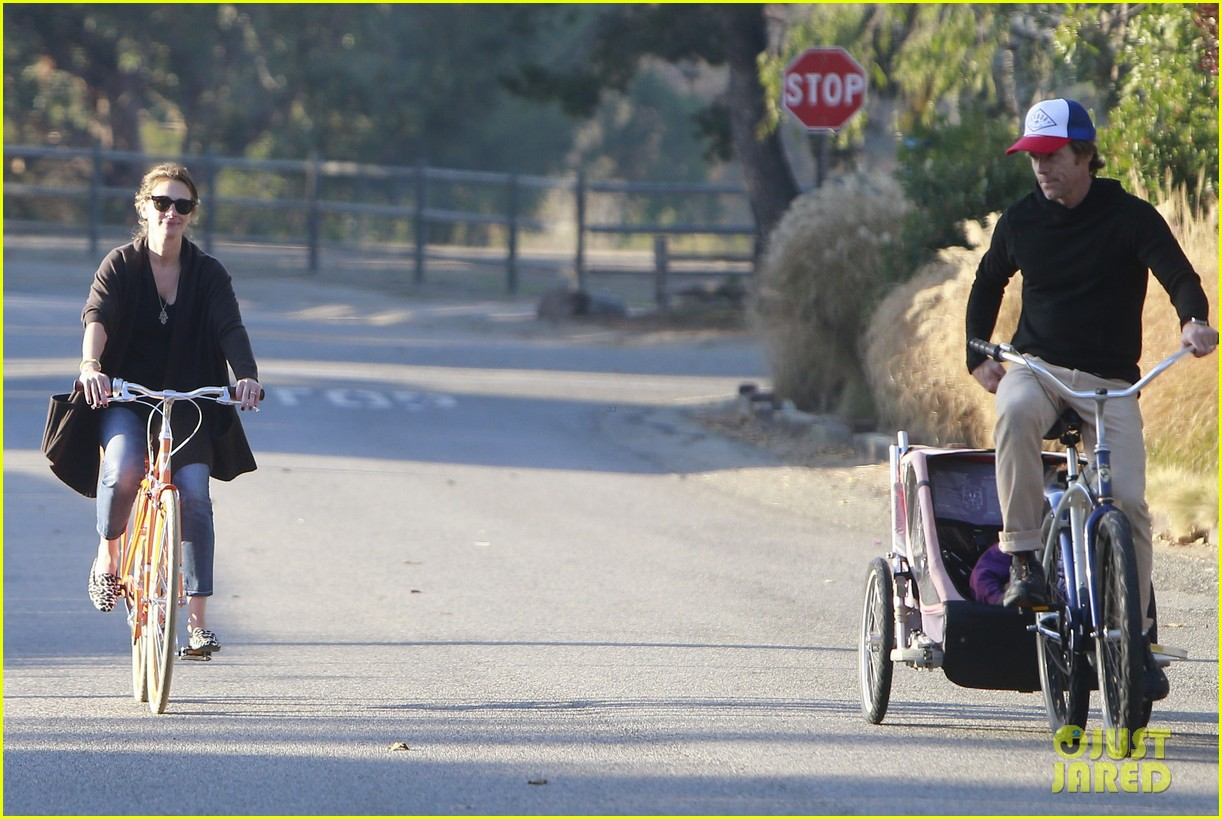 julia roberts family bike ride with the kids 24