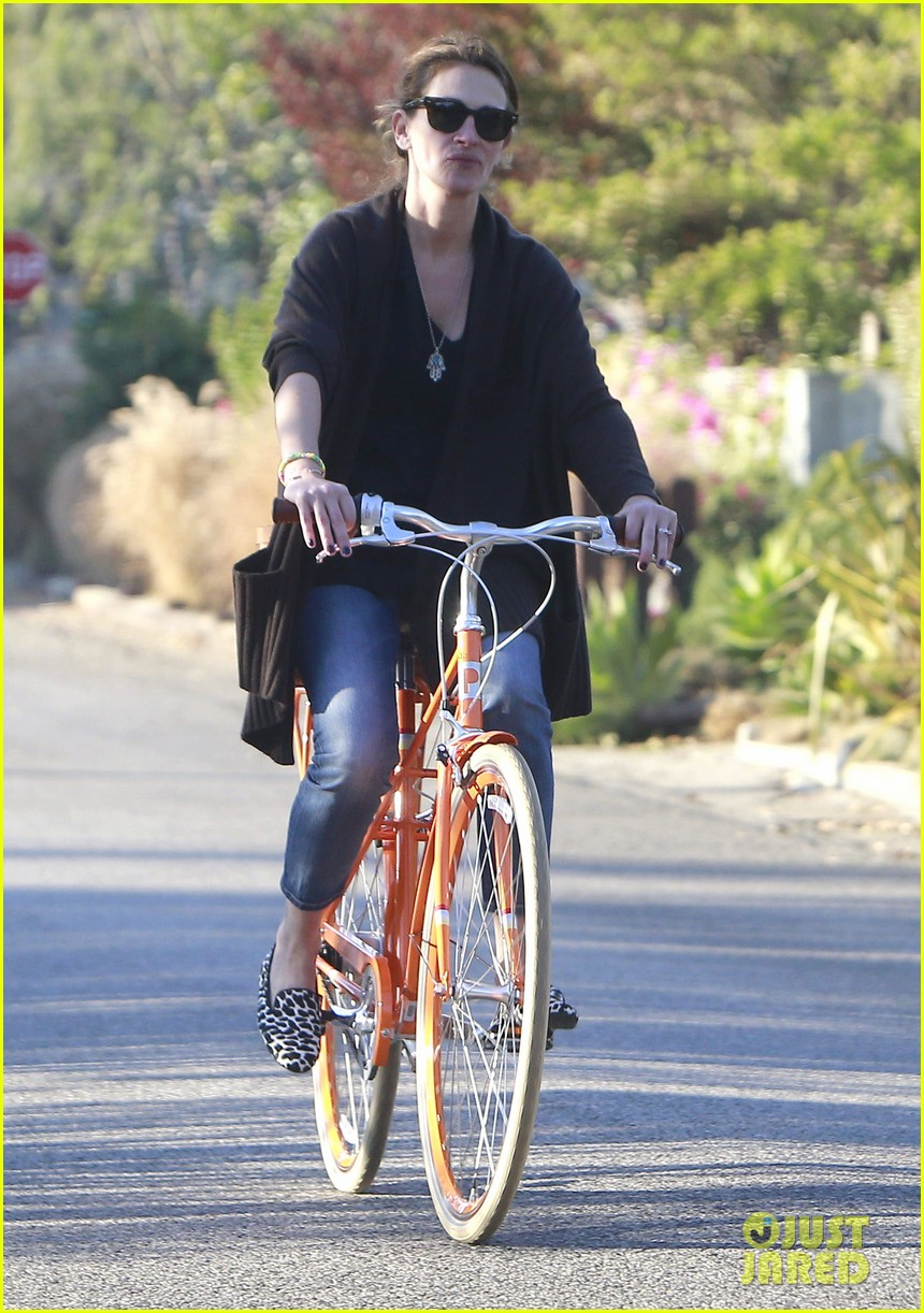 julia roberts family bike ride with the kids 293016455