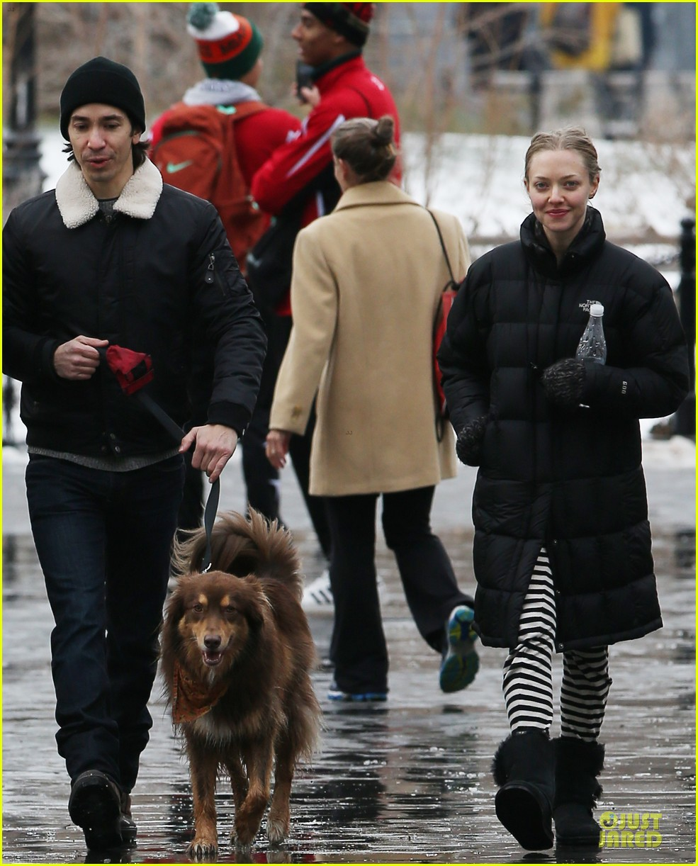 amanda seyfried wrap week with toilet paper 07