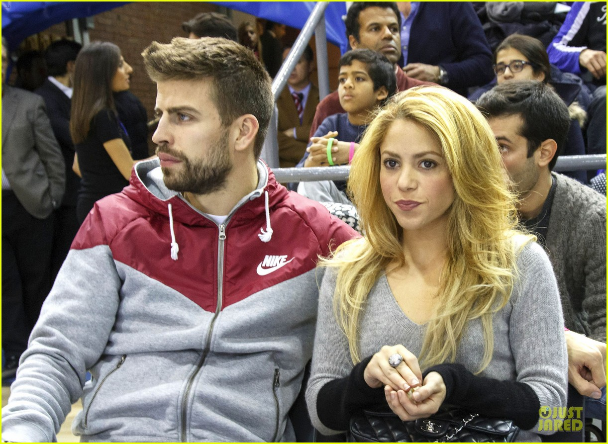 shakira courtside at barcelona basketball game 02