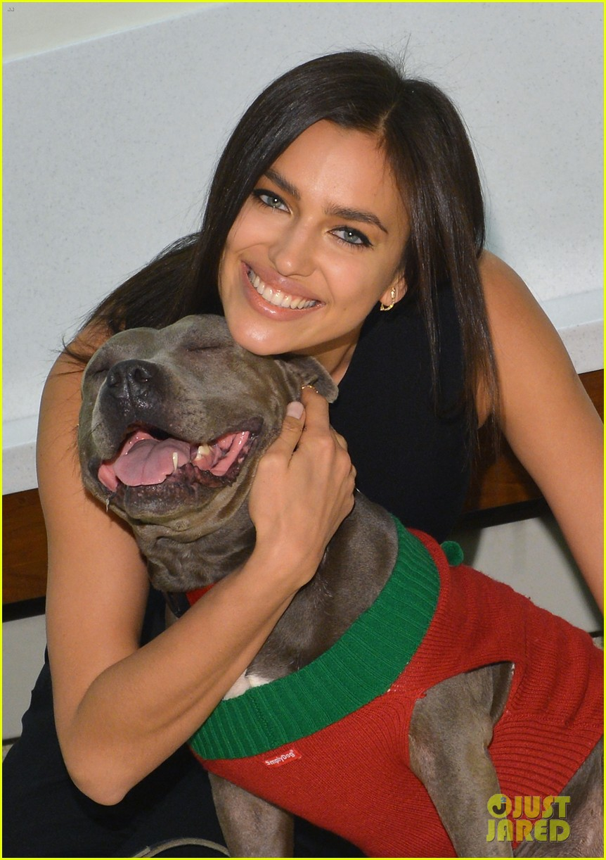 irina shayk meets adorable pitbull dog at aspca event 02