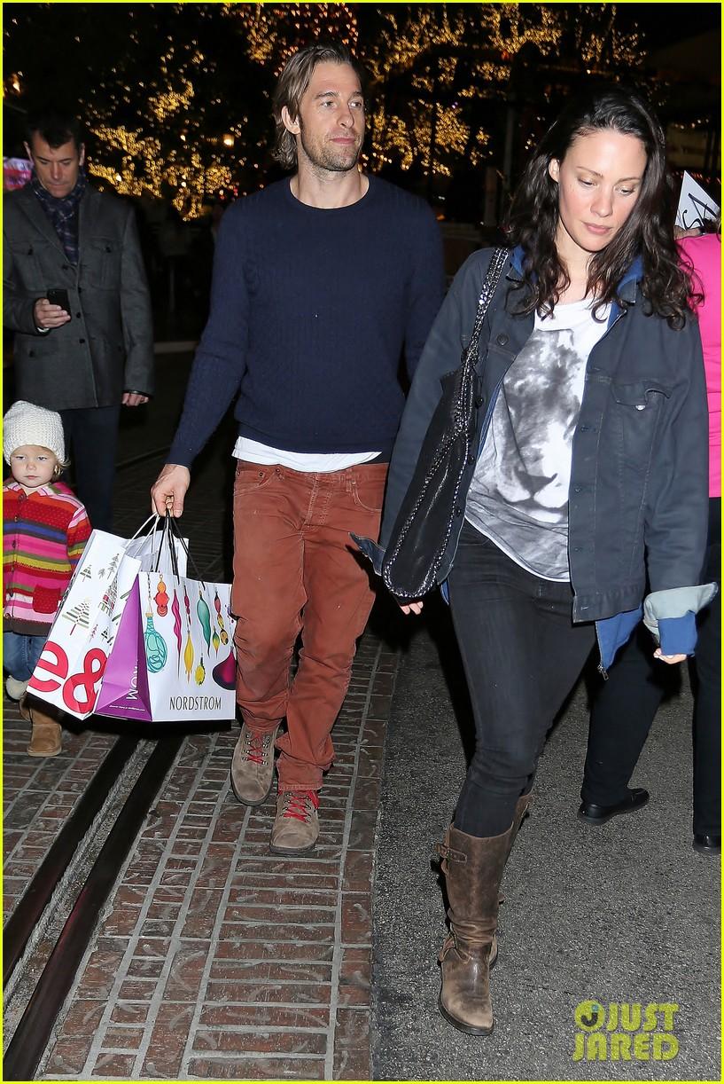 scott speedman girlfriend camille de pazzis holiday shopping 07