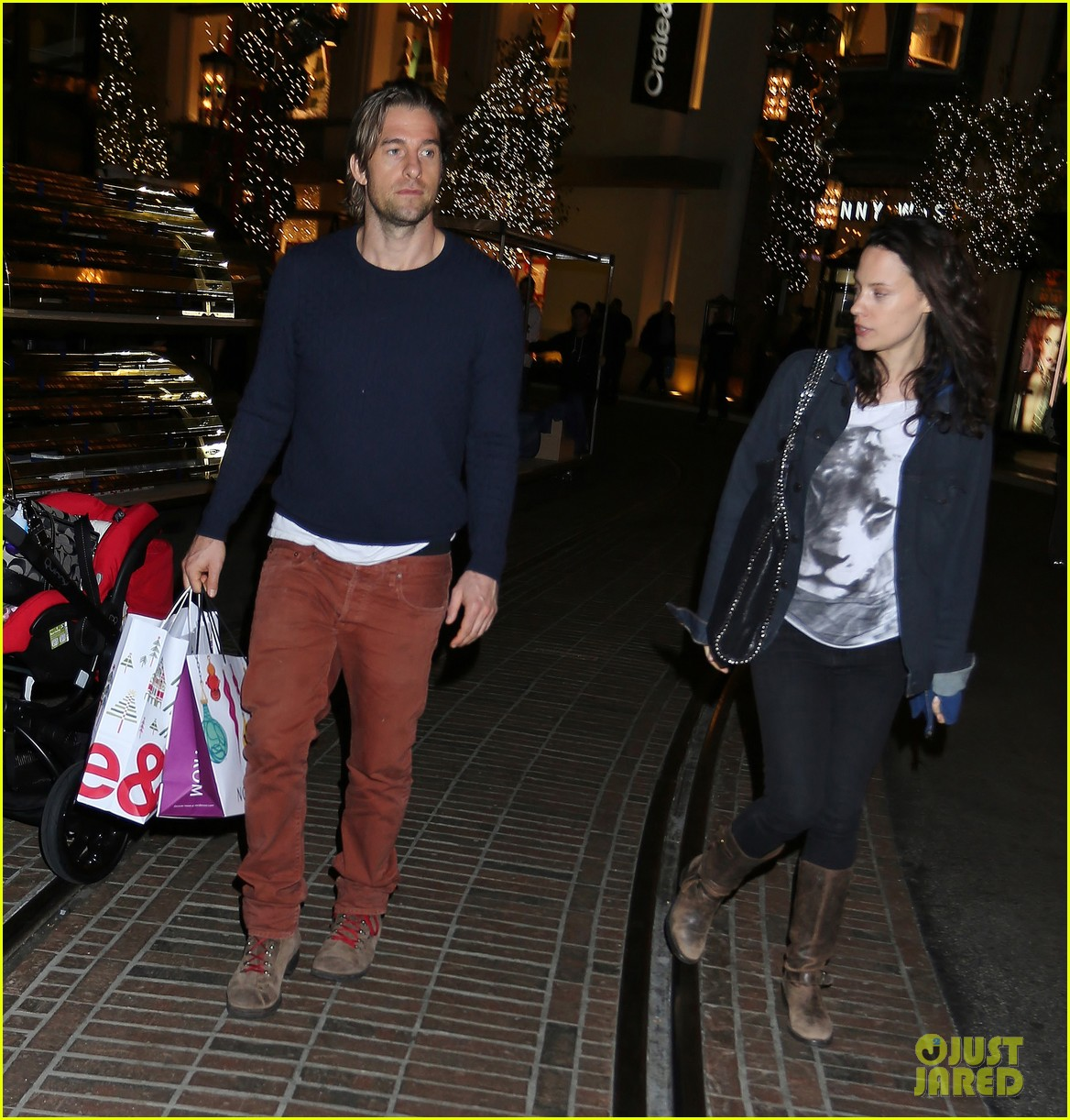 scott speedman girlfriend camille de pazzis holiday shopping 09