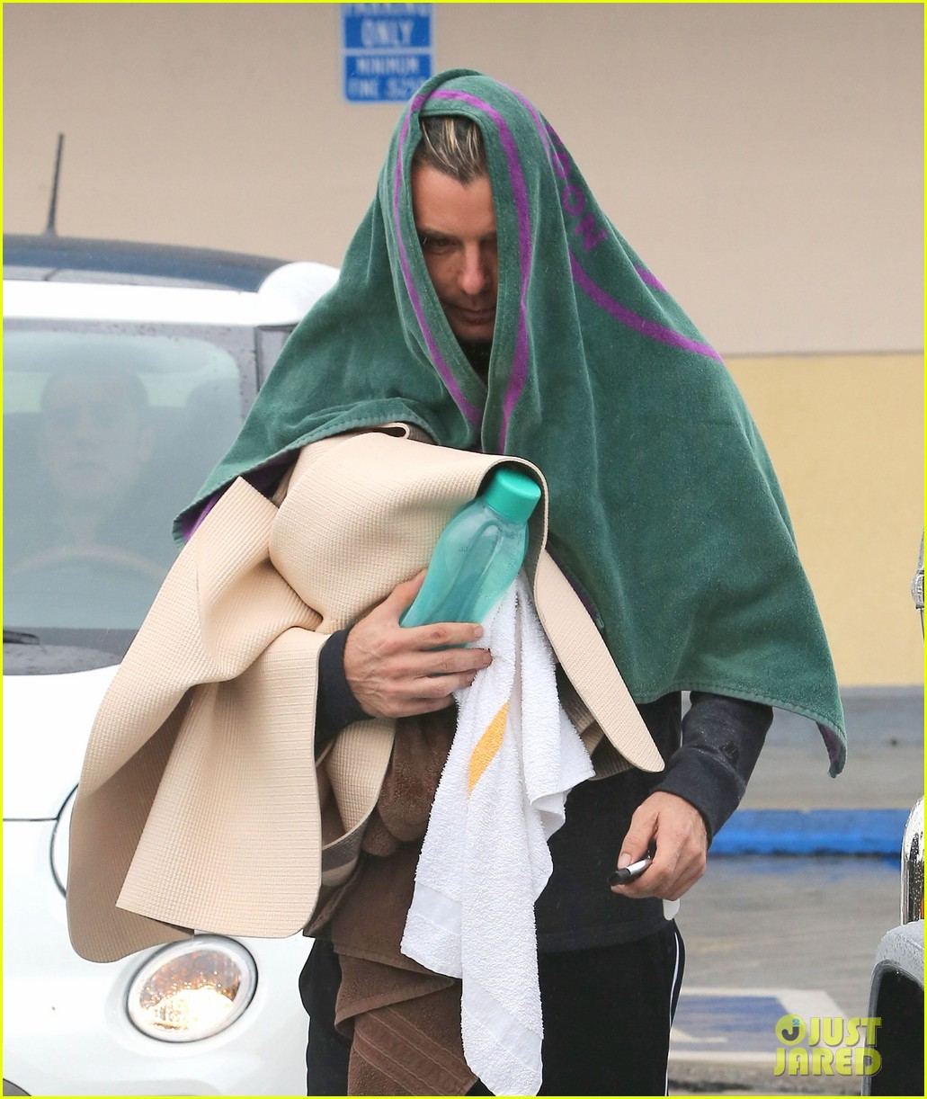 gwen stefani gavin rossdale run errands before holiday week 13