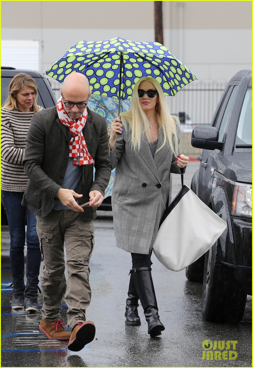 gwen stefani gavin rossdale run errands before holiday week 143015437