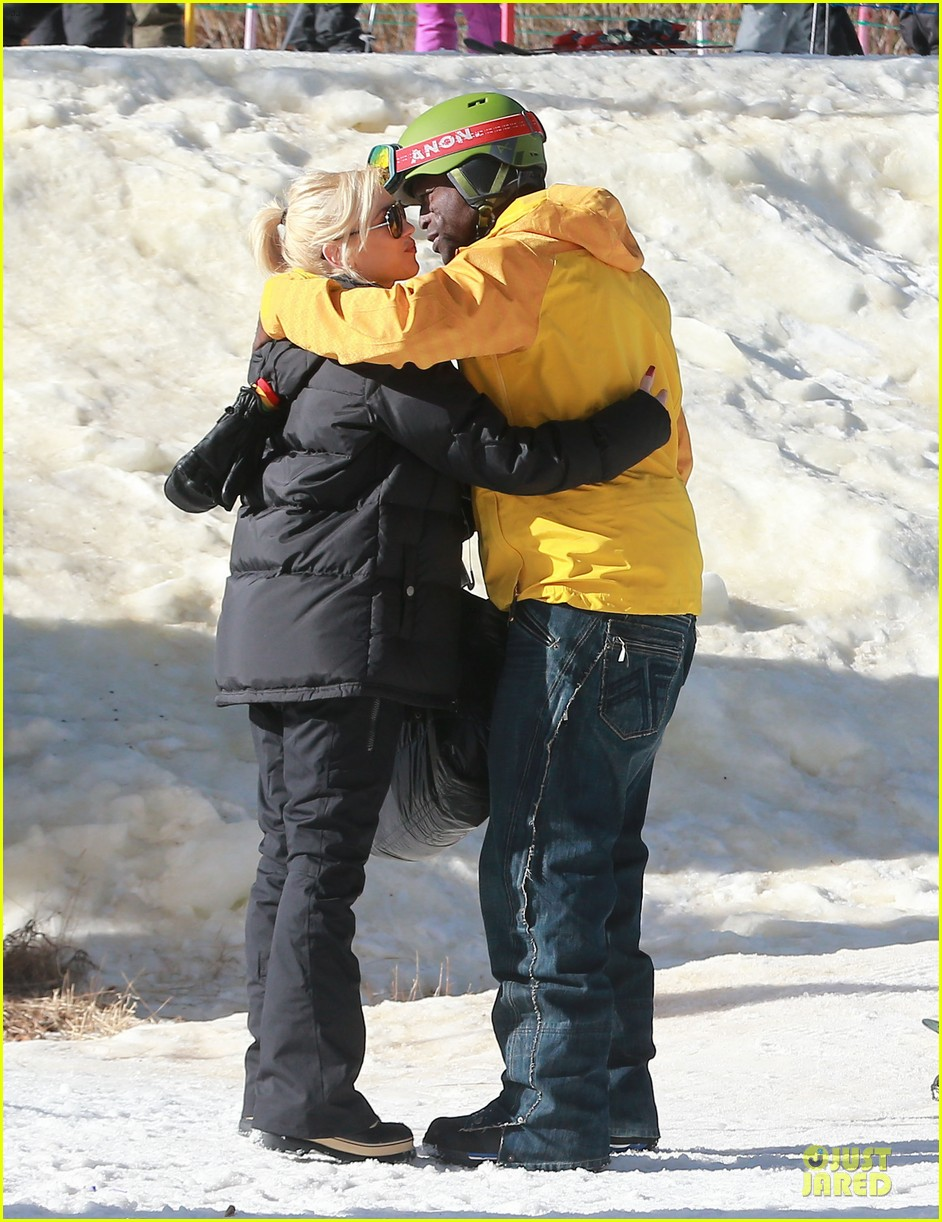 gwen stefani seal warm hug in snowy mammoth 10