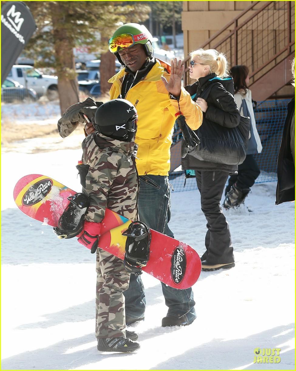 gwen stefani seal warm hug in snowy mammoth 11