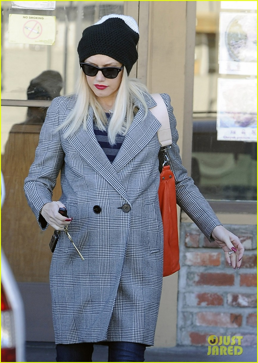 gwen stefani shops toys books to prep for holidays 02