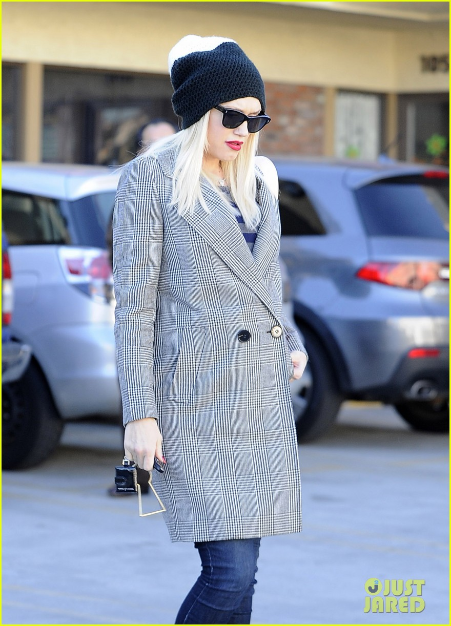 gwen stefani shops toys books to prep for holidays 04