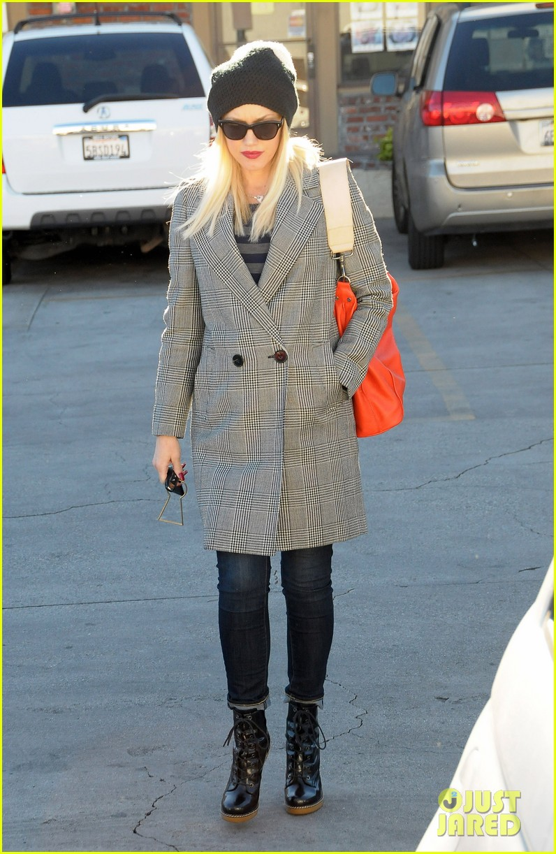 gwen stefani shops toys books to prep for holidays 11