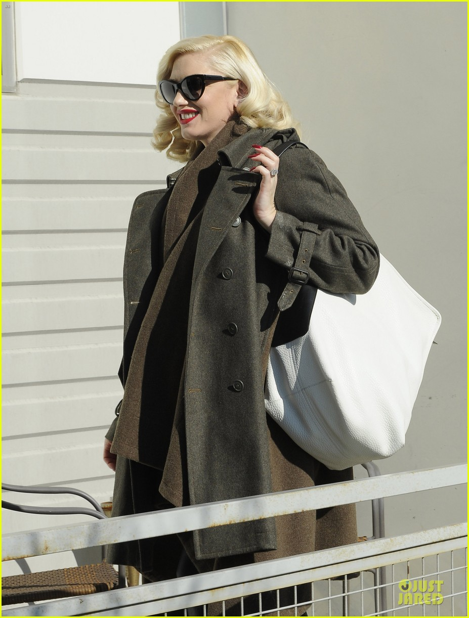 gwen stefani hides baby bump with wool coat 06