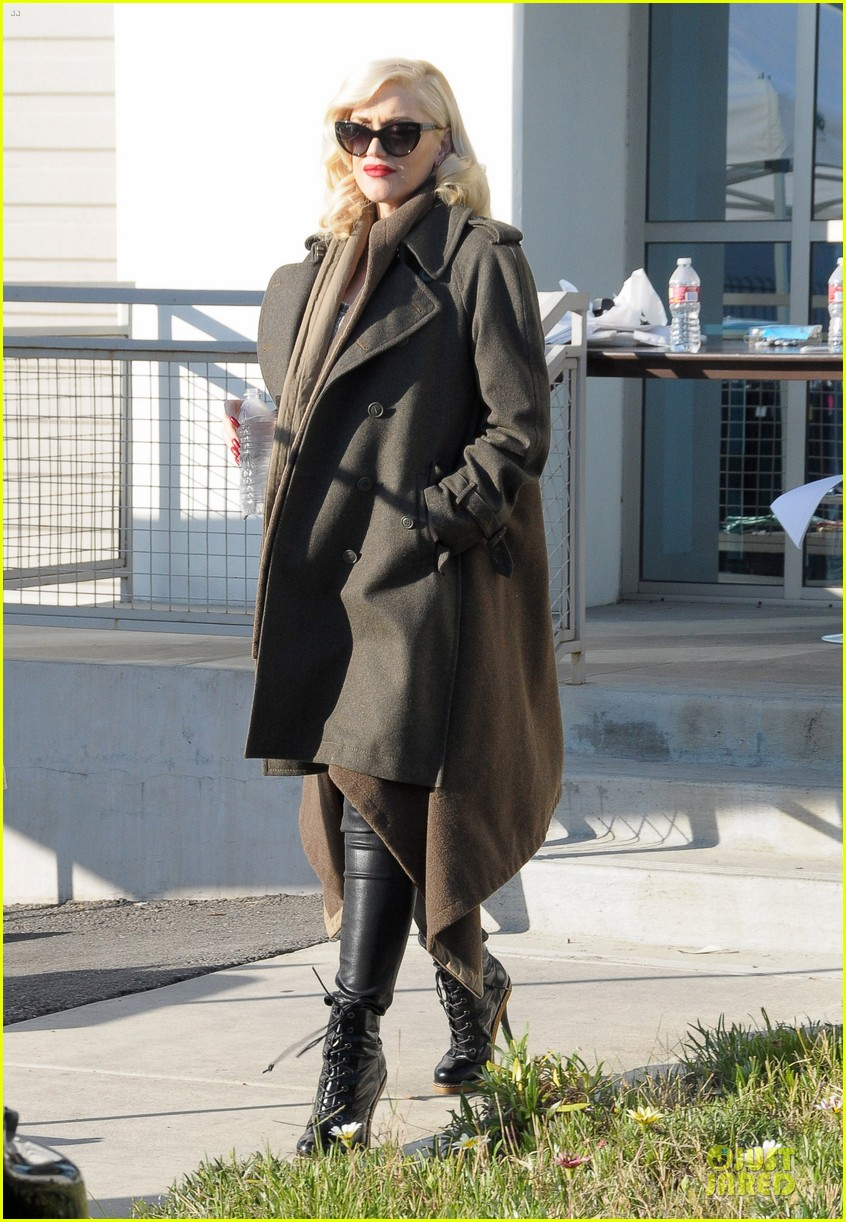 gwen stefani hides baby bump with wool coat 153015735