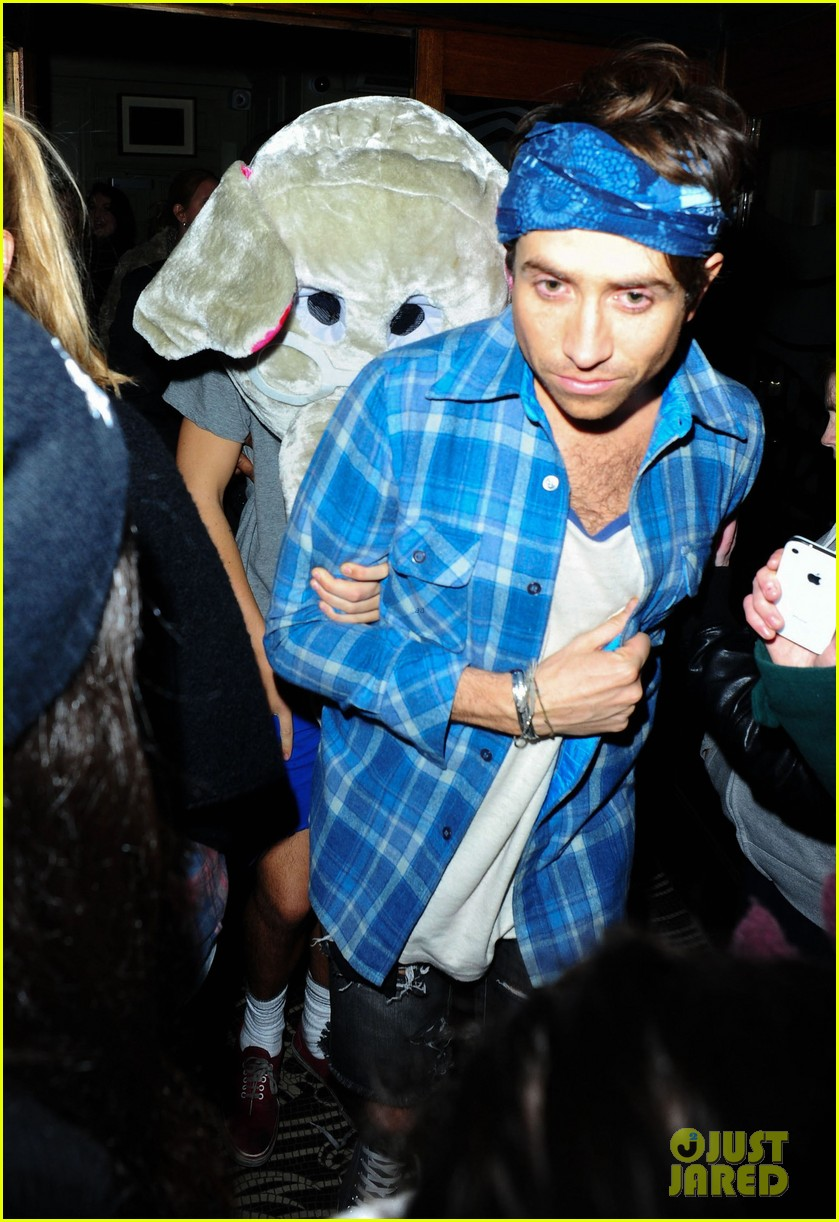 harry styles wears blonde wig elephant head at nightclub 06
