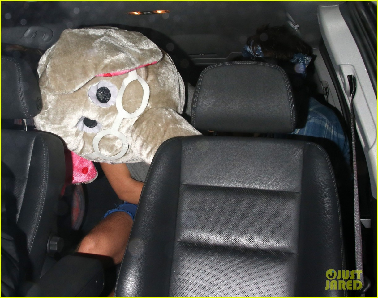 harry styles wears blonde wig elephant head at nightclub 14