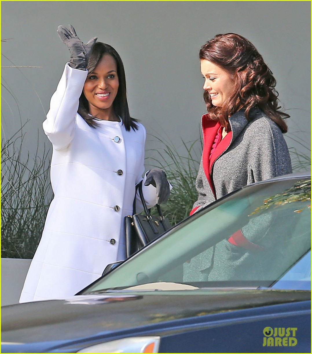 kerry washington bellamy young side by side for scandal filming 02