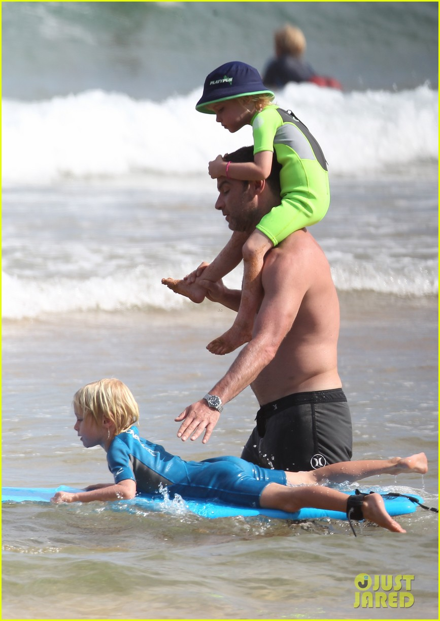 naomi watts sunbathes liev schreiber swims shirtless 12