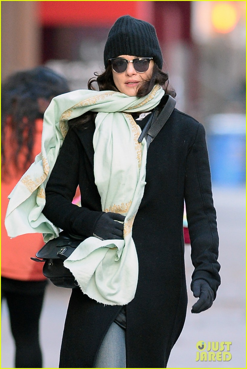 rachel weisz snaps iphone pictures in frigid nyc morning 023011340