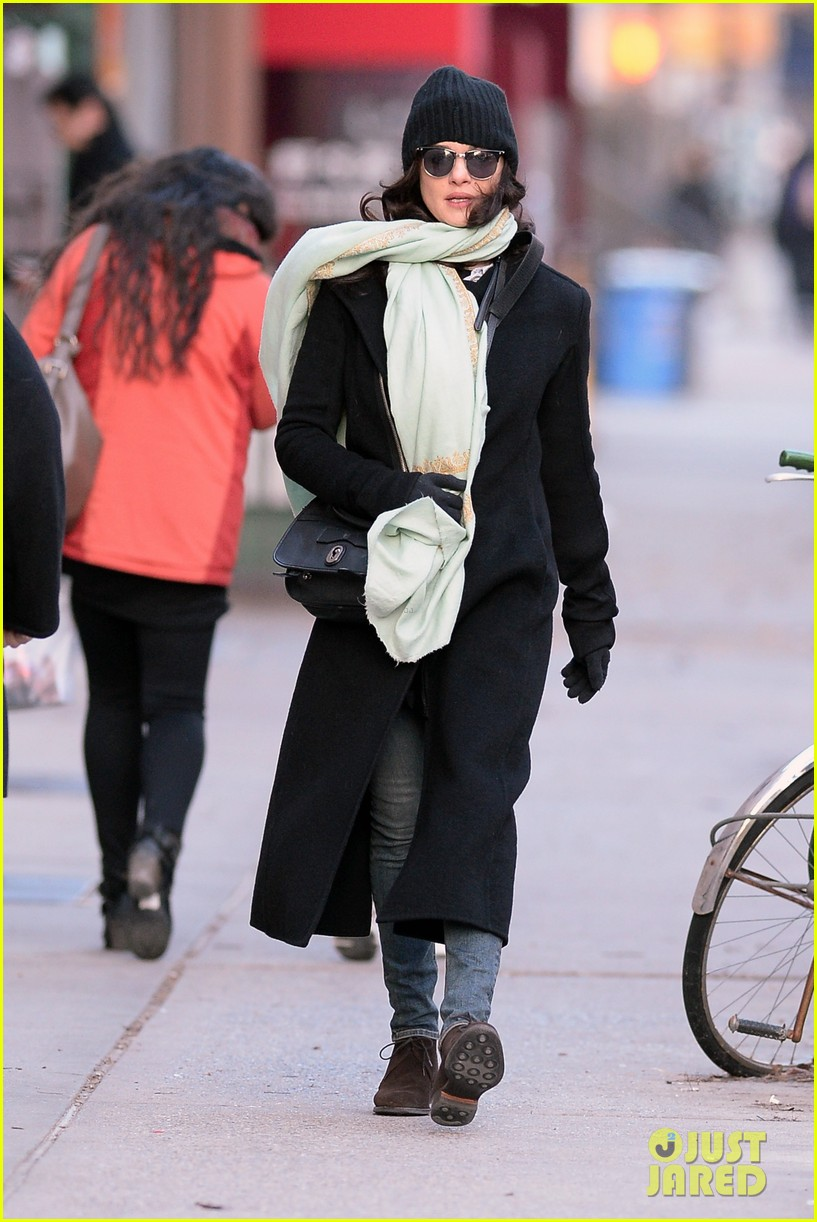 rachel weisz snaps iphone pictures in frigid nyc morning 093011347
