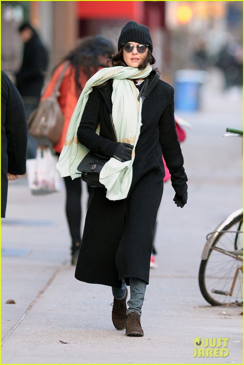 rachel weisz snaps iphone pictures in frigid nyc morning 113011349