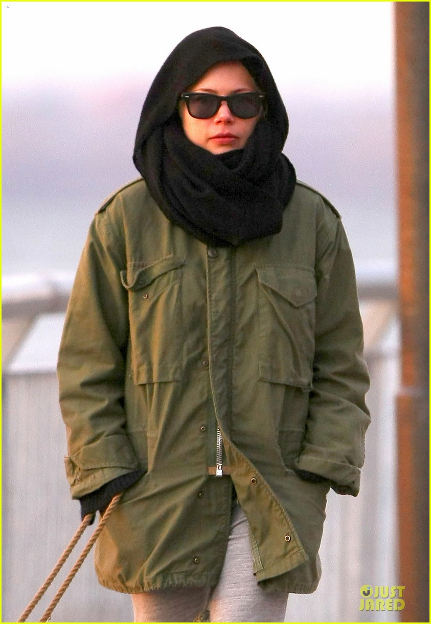 michelle williams departs lax for cold nyc 02