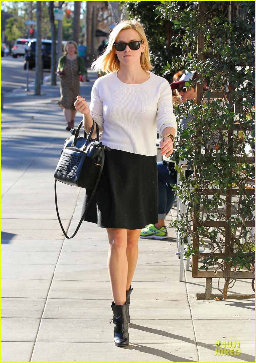 reese witherspoon grocery run after morning workout 013010355