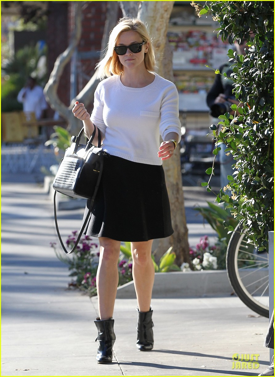 reese witherspoon grocery run after morning workout 03