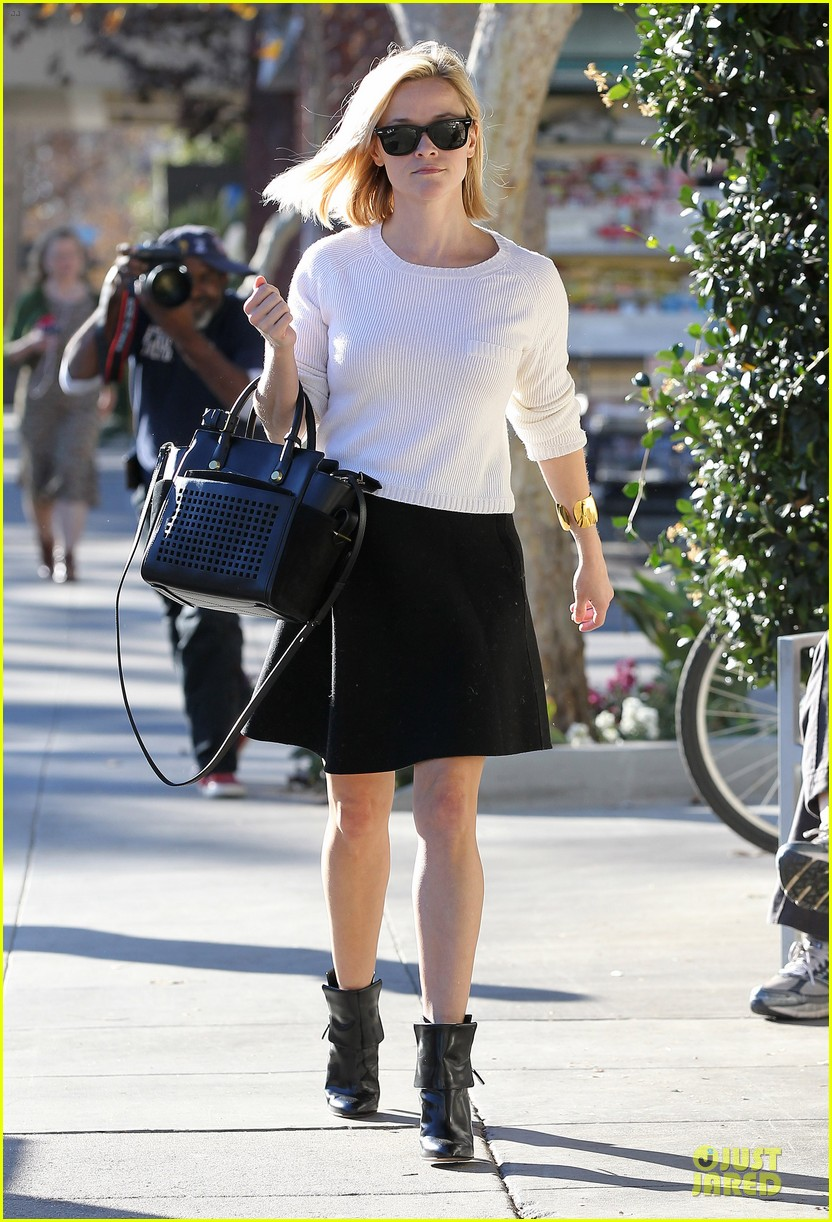 reese witherspoon grocery run after morning workout 20