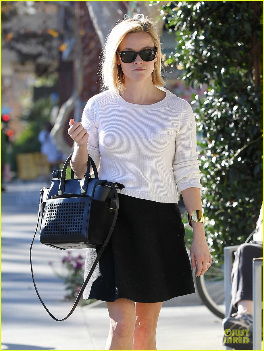 reese witherspoon grocery run after morning workout 213010375