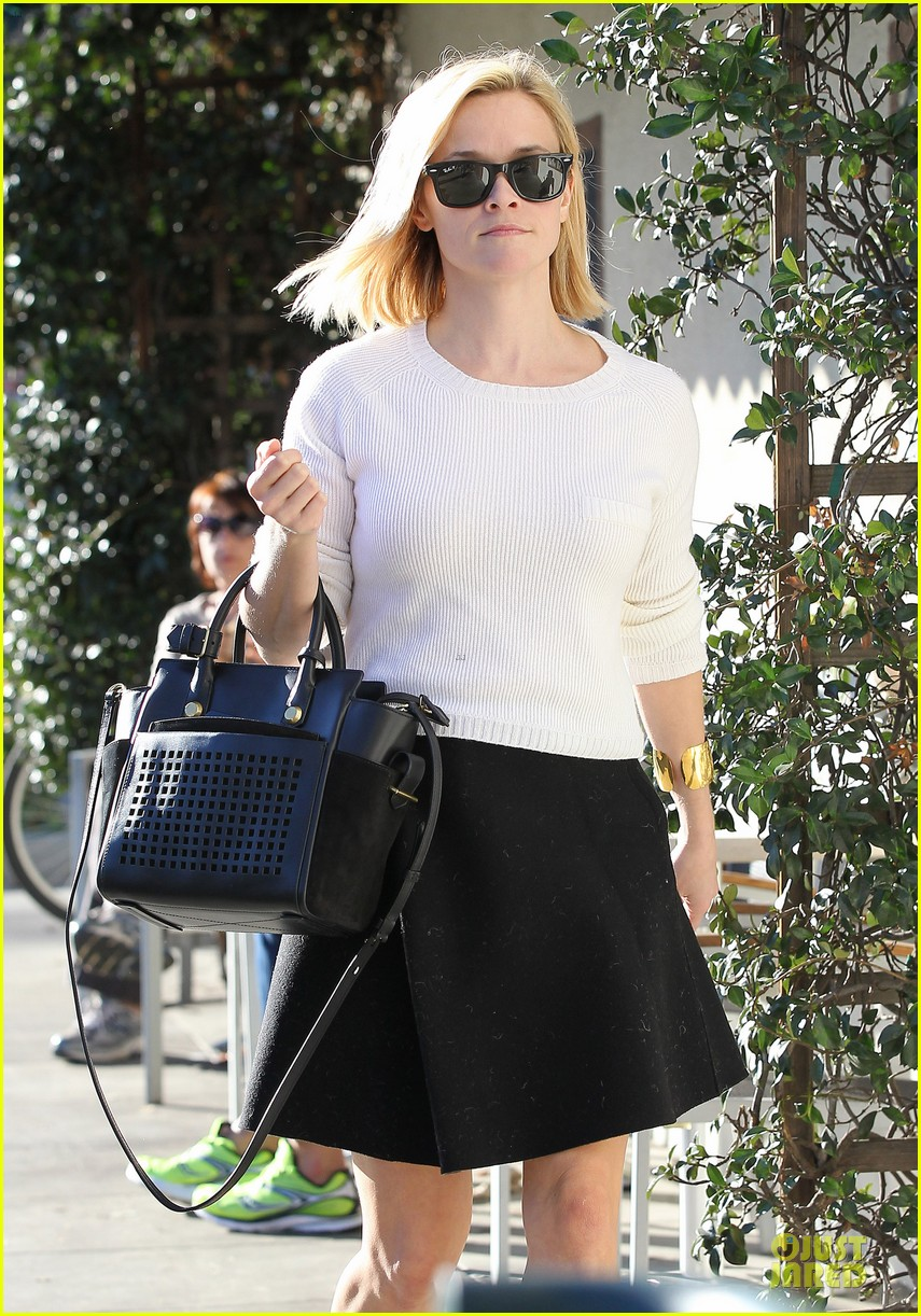 reese witherspoon grocery run after morning workout 23