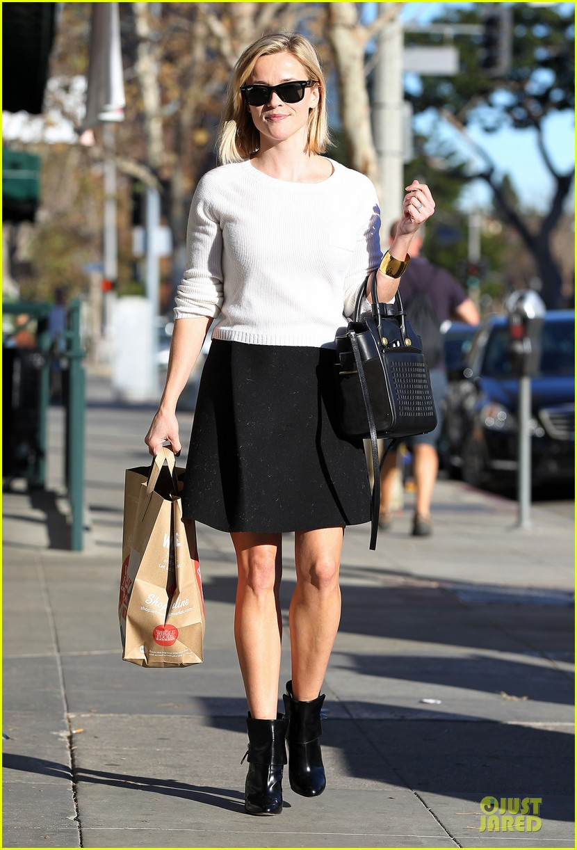 reese witherspoon grocery run after morning workout 283010382