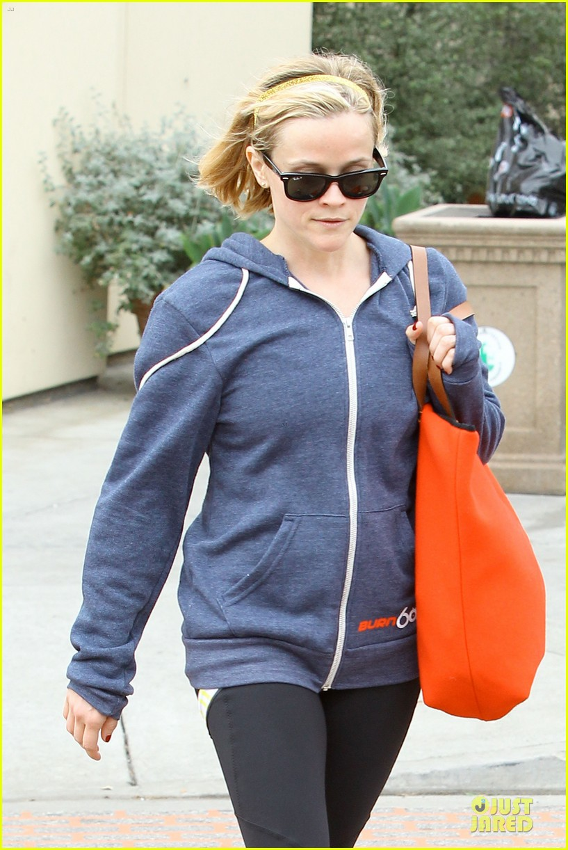 reese witherspoon club monaco shopping after workout 043004454