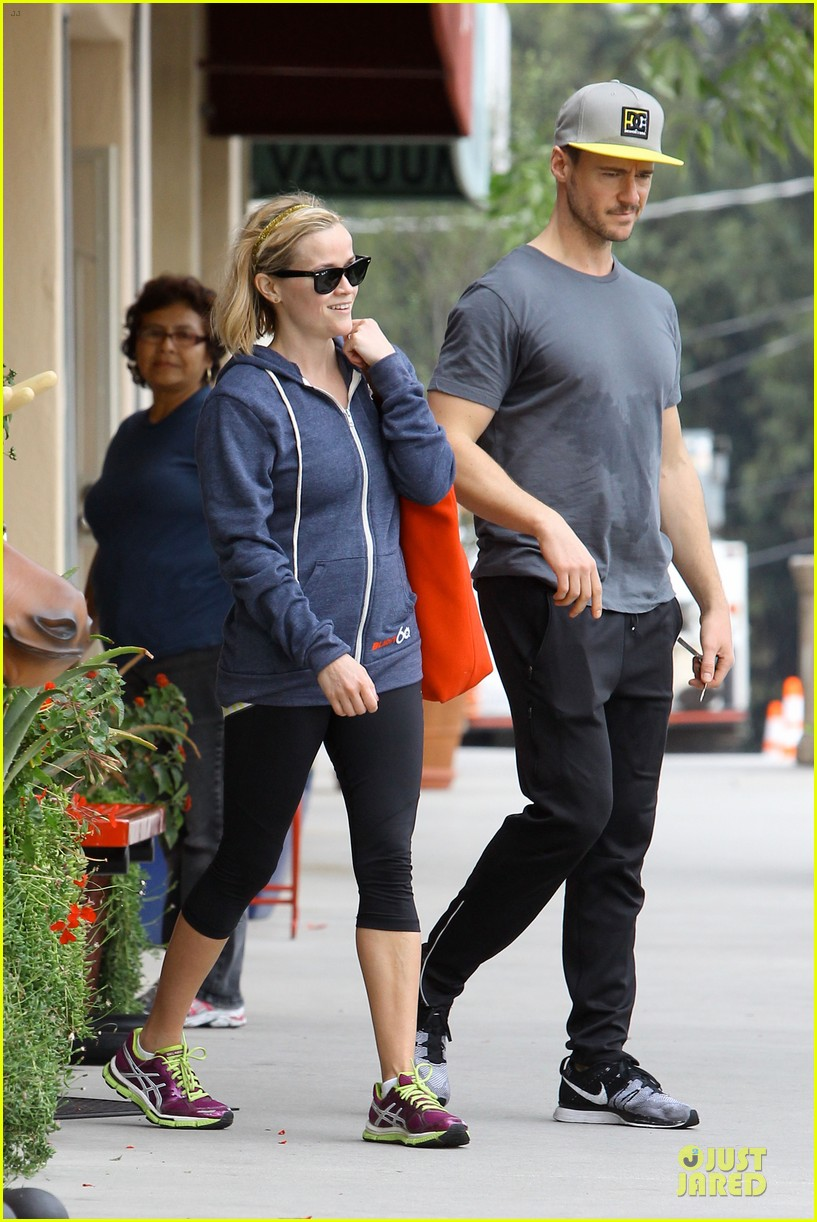 reese witherspoon club monaco shopping after workout 11