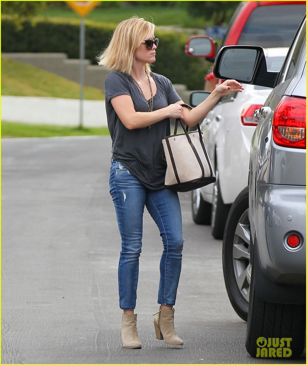 reese witherspoon rocks her skinny jeans while out with tennessee 11