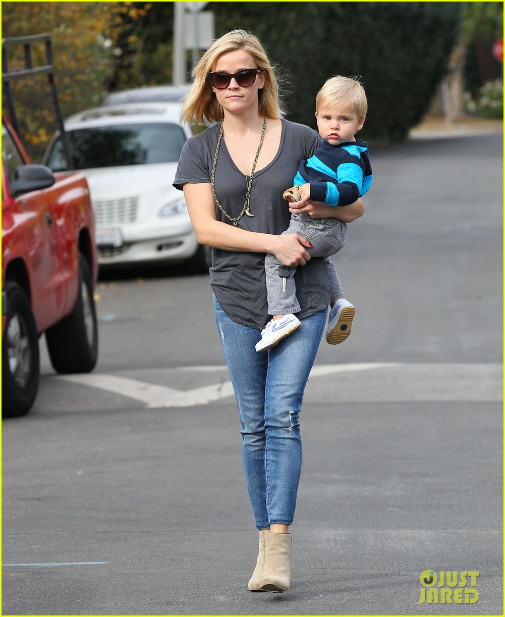 reese witherspoon rocks her skinny jeans while out with tennessee 143014523