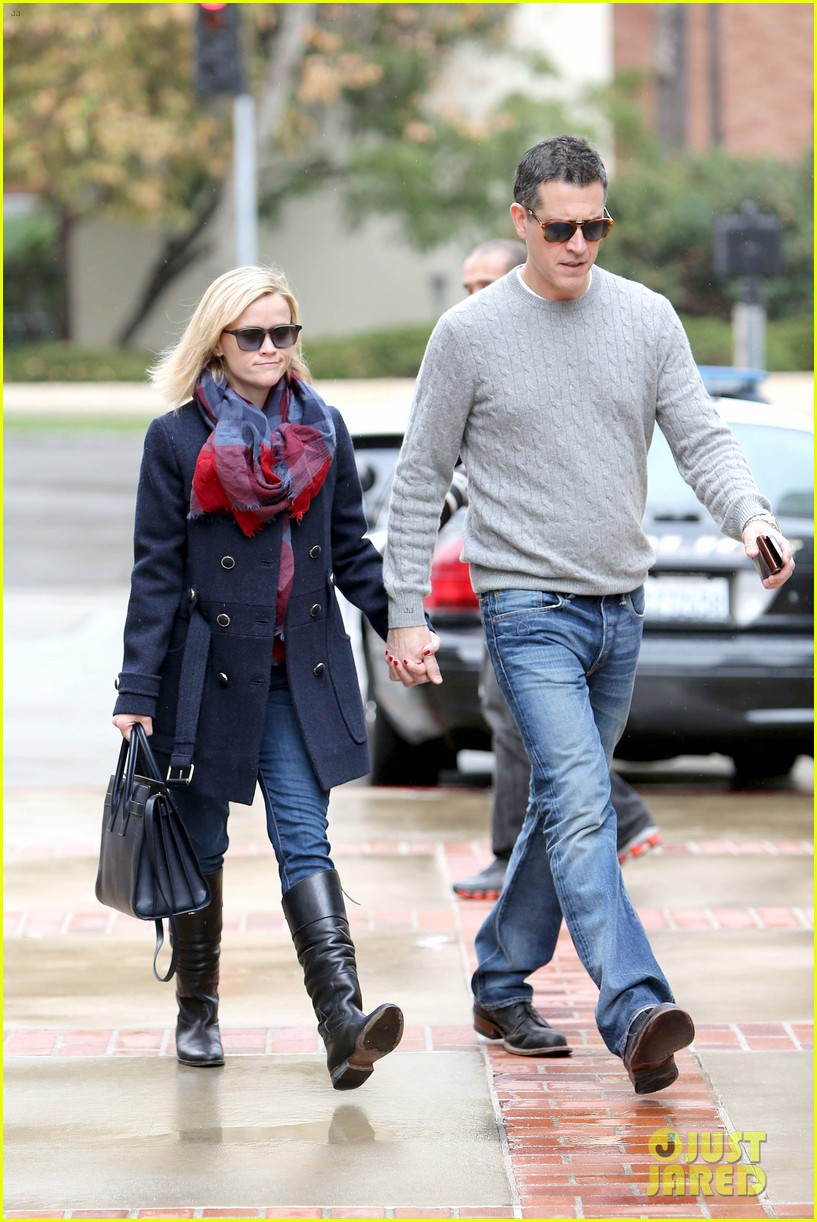 reese witherspoon jim toth hold hands at ucla medical plaza 13