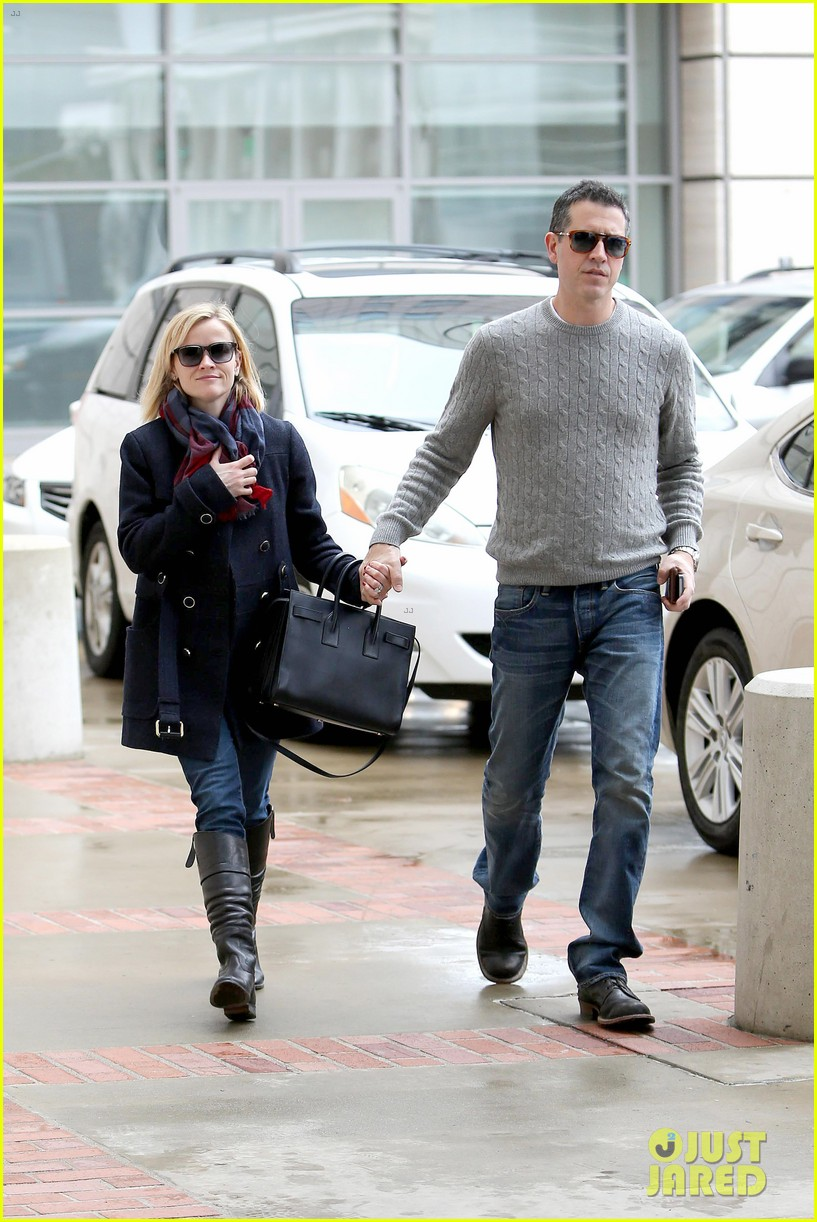 reese witherspoon jim toth hold hands at ucla medical plaza 14