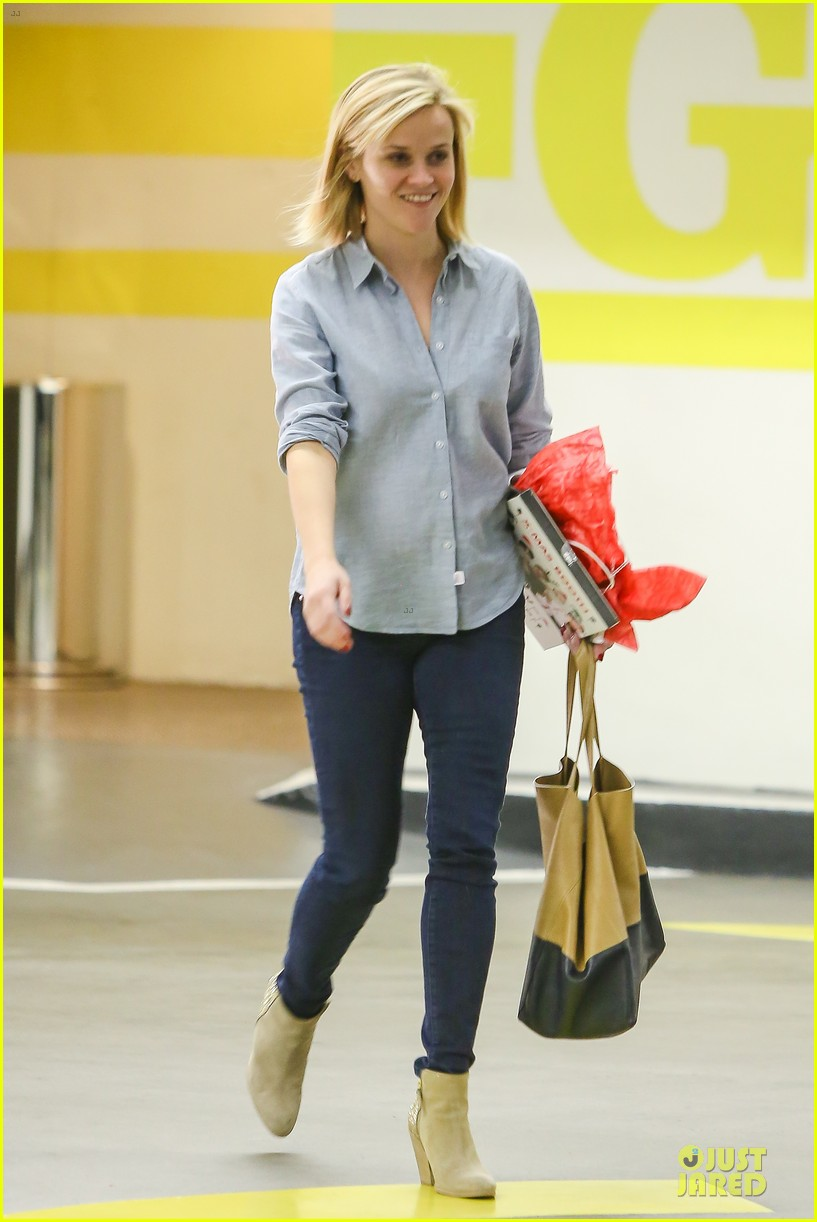 reese witherspoon casual xmas decorating gal 05