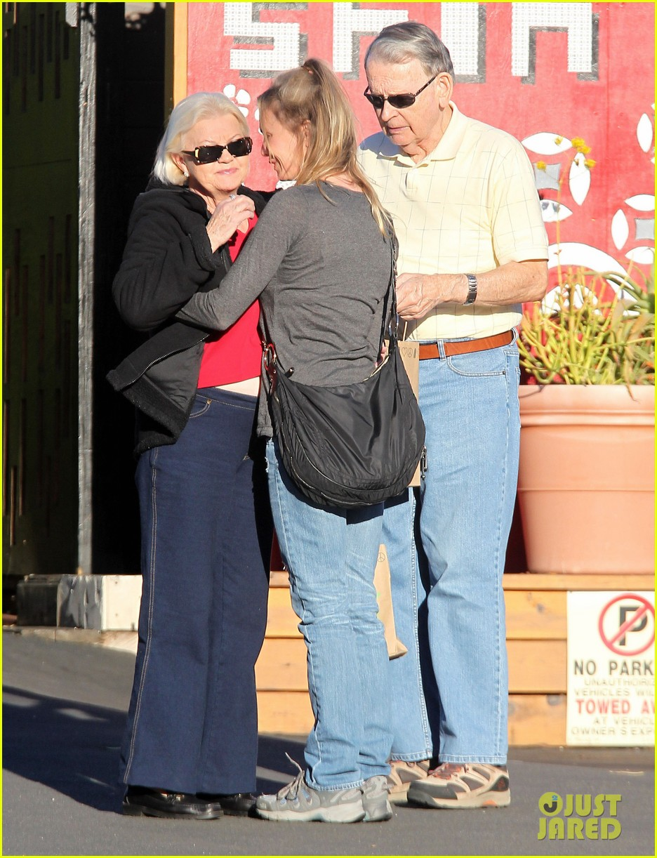 renee zellweger post christmas lunch with her parents 17