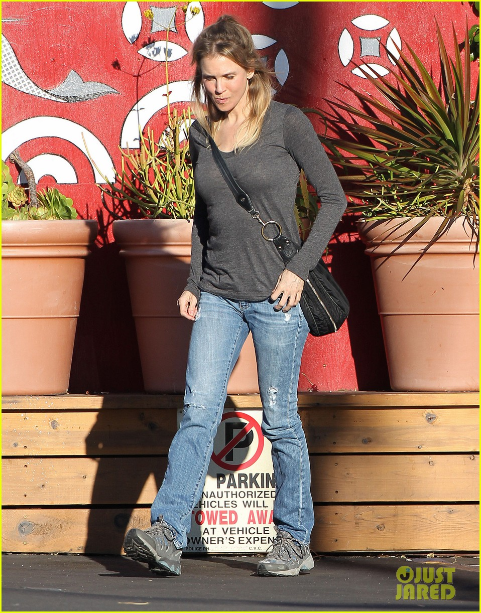 renee zellweger post christmas lunch with her parents 19