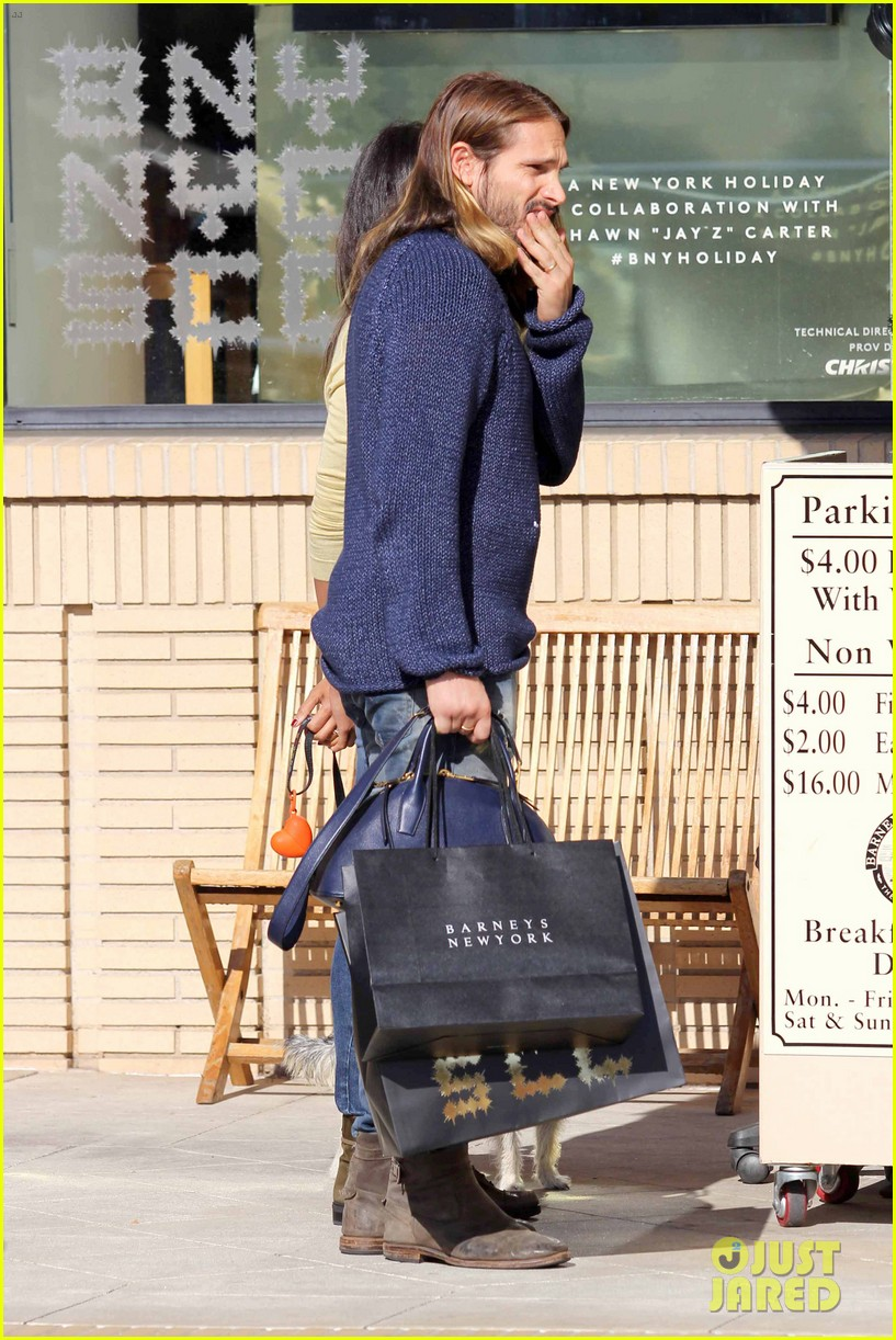 zoe saldana marco perego christmas shopping couple 043016337