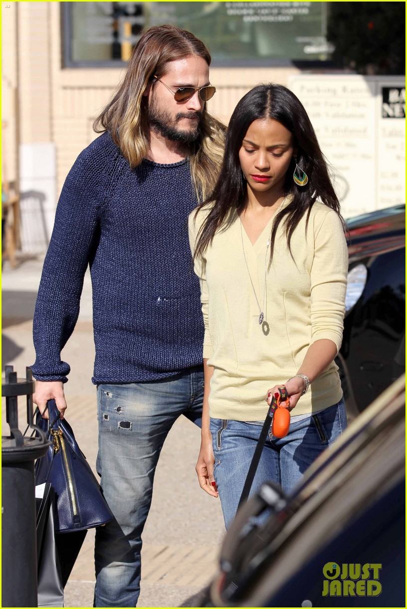 zoe saldana marco perego christmas shopping couple 09