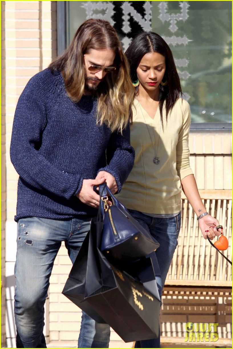 zoe saldana marco perego christmas shopping couple 15