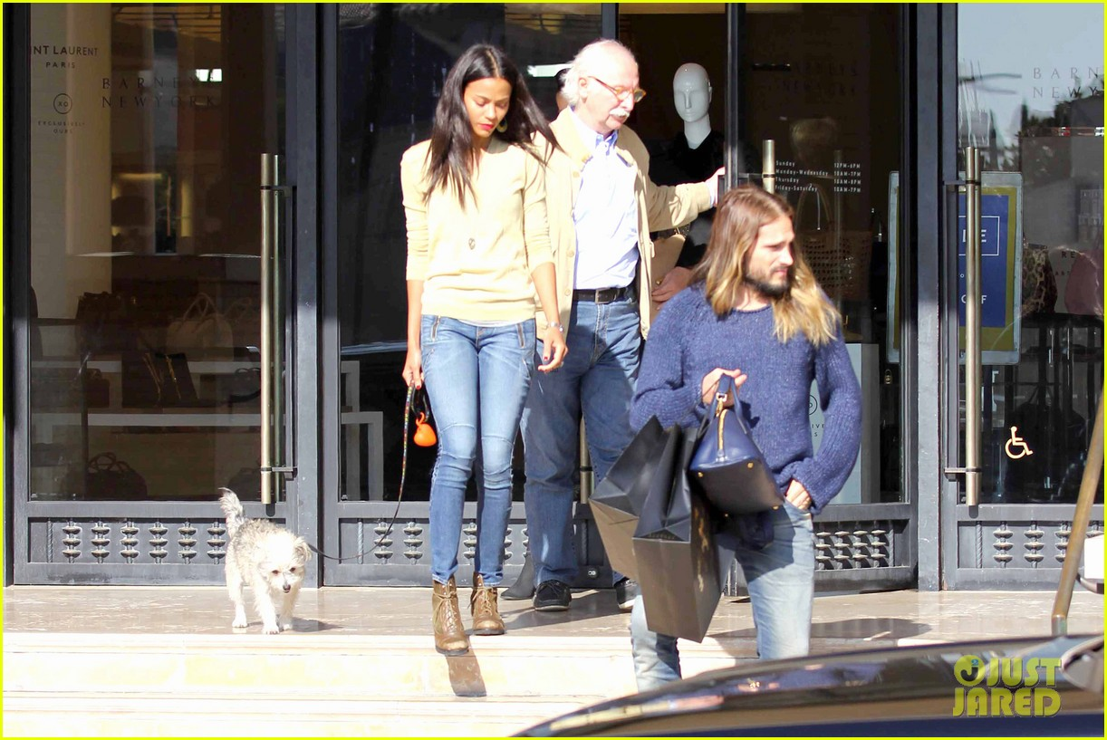 zoe saldana marco perego christmas shopping couple 16